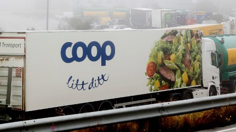 Grunnen til at Coops bedriftskunder må betale mer for å ha bedriftskort enn hos andre dagligvarekjeder, er fordi Coop må dekke kostandene tilknyttet tjenesten, sier kommunikasjonssjef i Coop.