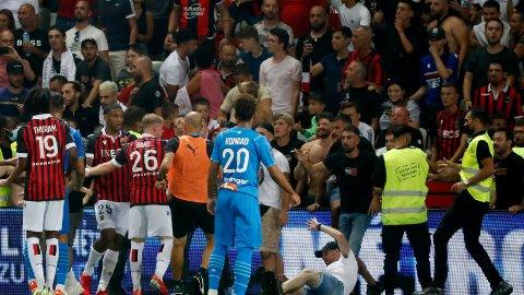 SKANDALE: Her er supporterne på vei inn på gresset for å konfrontere Marseille-spillerne.
