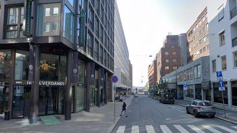 Assistentlæreren forgrepå seg på eleven første gang på hotel Verdandi i Oslo sentrum. Etter dette møtte de hverandre en rekke ganger og hadde sex. Nå er han dømt for å ha misbrukt sin stilling.