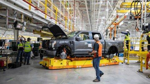 TESTBILER: Noen av de første eksemplarene som bygges skal ut i tøffe tester, her har Ford bare tiden og veien.