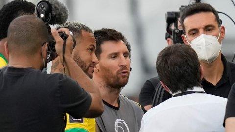 DISKUSJON: Neymar, Lionel Messi og Lionel Scaloni diskuterte med myndighetene etter at kampen ble stoppet.