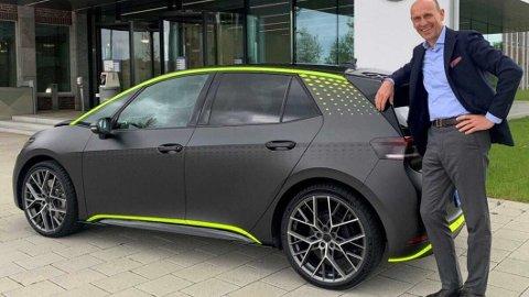 NY: ID.3 GTX betyr at det nå kommer en ny spesialmodell av VWs kompakte elbil. Her poserer Volkswagen-sjef Ralf Brandstätter med bilen tidligere i år.