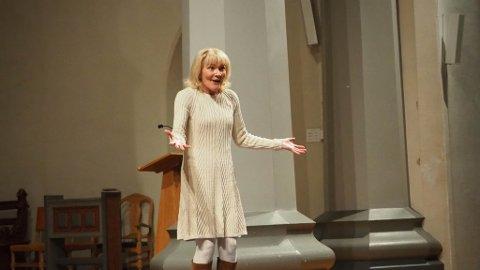Fyller kirkerommet: Wenche Strømdahl ser lita ut når hun entrer kirkerommet, men i løpet av sekunder fyller hun Sakshaug nye kirke med sin historie, sin angst og sin livsglede.