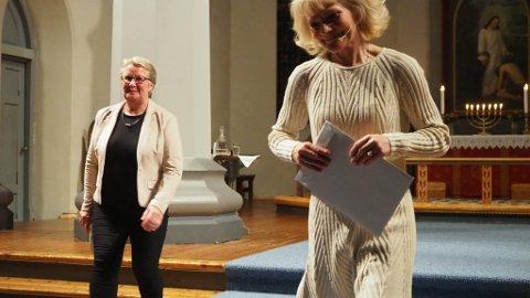 Sterk støttespiller: Wenche Strømdahl (t.h.) har en sterk støttespiller i Nidarosdomens domkantor Petra Bjørkhaug (t.v.) som har komponert musikken og akkompagnerer henne under forestillingen «Dømt til evig fortapelse».