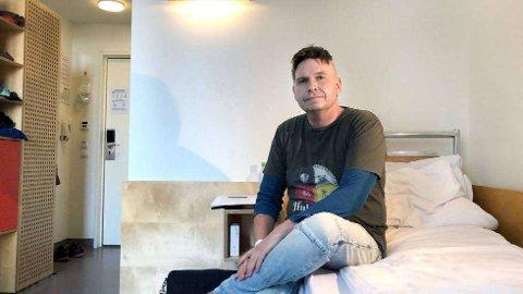 VED GODT MOT:Kjartan Trana fra Namsos har akkurat gjort seg ferdig med dag 21 av i alt 30 dager med strålebehandling på St. Olavs hospital i Trondheim. Han har innfunnet seg med at han skal dø.   FOTO: PRIVAT
