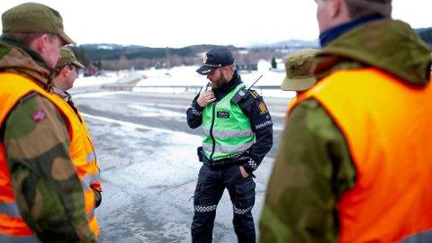 Denne grenseovergangen ved fylkesvei 72 i Verdal er en av dem som nå blir stengt. Her innsatsleder Torstein Hansen sammen med HV-soldater ved kontrollposten, i april i år.