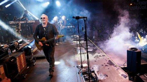 I FORM:Åge Aleksandersen og Sambandets digitale konsert fikk tusenvis av likes og kommentarer, for ikke å nevne 6'er på terningen fra Adressas anmelder. Her fra Steinkjerfestivalen i 2019.