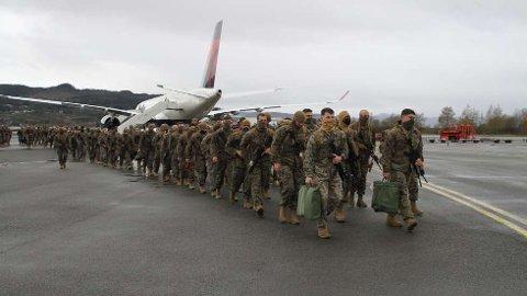 Rett til helsesjekk:Nærmere 300 soldater i US Marines ankom med munnbind på Værnes fredag og ble dirigert rett til helsesjekk.  FOTO: RUNE HAARSTAD / HV-12