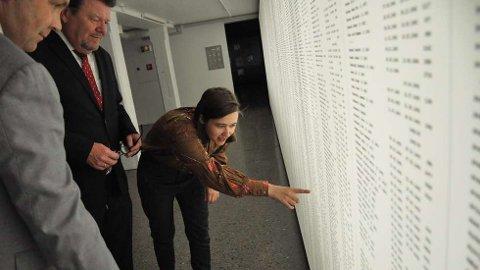 Sterkt inntrykk:77 år etter at oldefaren ble drept i Auschwitz og hans svoger drept på Falstad, vandrer Nora Savosnick i Falstadmuseet, hvor hun blir guidet rundt av Falstadsenterets direktør Christian Wee og styreleder Øystein Djupedal. Hun innrømmer at det hun ser og føler gjør inntrykk, ikke minst å finne oldefarens navn blant de 4.200 navnene som pryder en av veggene i museet.  FOTO: SVEIN HELGE FALSTAD