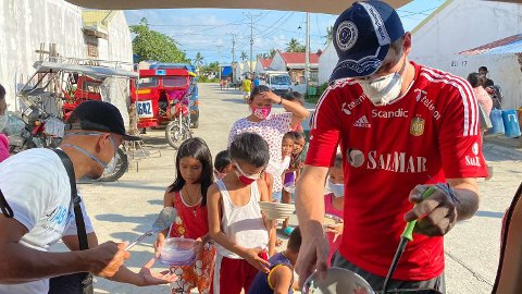 Deler ut mat: Organisasjonen deler ut 1500 porsjoner grøt til barn, fem dager i uka.
