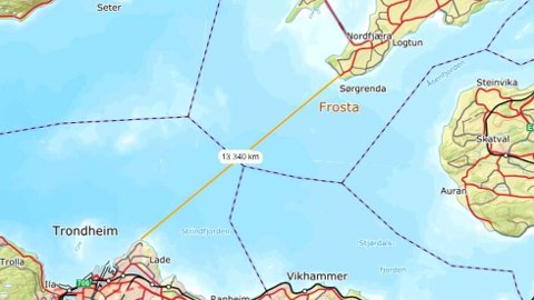 IKKE VARM: – Selv om det er fint vær i Trøndelag nå, så er ikke Trondheimsfjorden varm, advarer operasjonsleder Ellen Maria Brende ved politiet i Trøndelag. Distansen mellom sørenden på FRosta og Lade i Trondheim er vel 13 kilometer i rett linje.