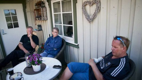 PÅ VERANDAEN: Anne Aatlo fra Frosta er endelig hjemme igjen etter en lang og tøff periode på Sykehuset Levanger med koronasmitte. Til venstre ektemannen Ketil Aatlo og til høyre sønnen Kjell Arne Aatlo.  FOTO: JOHAN ARNT NESGÅRD