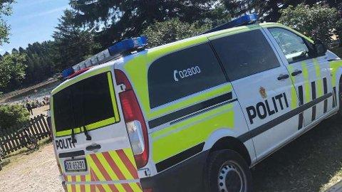 KOM MED ADVARSEL: En politipatrulje var lørdag på Sundsand for å snakke med en mann som i går ble siktet for å ha tatt bilder av unge jenter på badestranden.  FOTO: STIAN MANKA