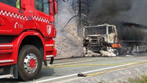 BRANN:Tankbilen er helt utbrent, og brannmannskapene jobber både med å slokke brannen i tankbilen og brannen i sideterrenget.  FOTO: OLAV LORENTSEN