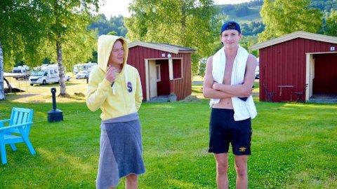 VARSLET POLITIET:Sander Brønstad og Aslak Jenssen var i elva for å bade, da de plutselig påtraff de to savnede baderne. Guttene hadde hørt om leteaksjonen, og varslet politiet.