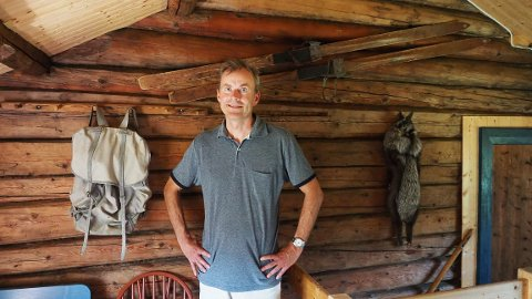TOK OVER: Arnstein Fosslis familie tok over Fjellplassen for vel hundre år siden. Da han innredet det nyrestaurerte småbruket, ble det naturlig å henge opp farfars ski og  ryggsekk, og farmors sølvrev.