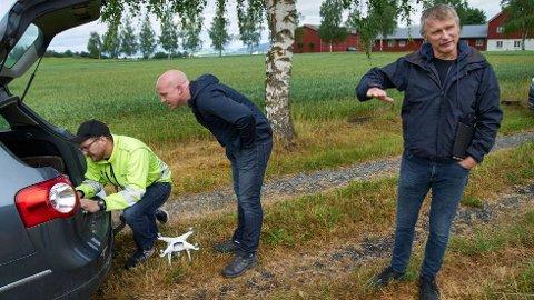 SPENT: Drone-arkeolog Magnar Mojaren Gran (t.v.) og forsker Geir Grønnesby (t.h.) fikk dokumentert metallsøker Anders Svendsen Fortuns funn av 2.000 år gamle langhus på Vinne tirsdag.