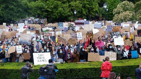 STORT OPPMØTE: Flere tusen mennesker møtte opp foran Stortinget fredag 5. juni for å markere George Floyds dødsfall i Minneapolis. Hovedparolen er «We can't breathe» - vi får ikke puste.