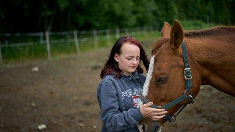 VAR ENSOM:Emma (16) har hatt god trøst i hesteinteressen. – Hestene fryser deg ikke ute, sier jenta som også har funnet mange venner gjennom rideklubben.