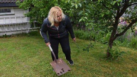 MÅKER UNNA:Evelyn Nordseth Brovold og ektemannen sliter voldsomt med brunskogsnegler i hagen. – Det er fælt, jeg ser dem krype opp murvegger og i takrenner på boliger.  FOTO: JOACHIM WAADE NESSEMO