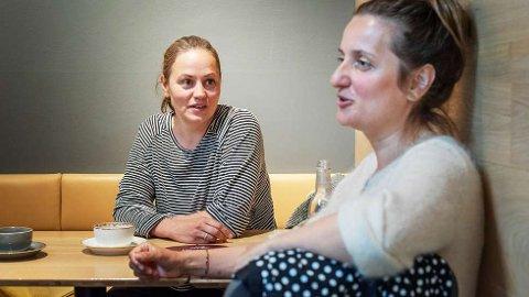 KREVER ENDRING:Anna Lian (t.v.) og Azra Halilovic mener det er på høy tid at et kritthvitt kulturlederskap blir mer mangfoldig. – Endring krever at man gir fra seg noe, og jeg tror de som sitter med makt i dag er redde for å gi fra seg privilegiene de har, sier Lian.   FOTO: ELFI LEINAN