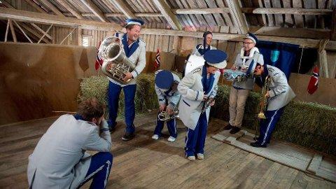 DELTAR IGJEN: Da Bjarne Børndbo var deltaker i den fjerde sesongen av «Hver gang vi møtes» måtte han og de andre deltakerne ikle seg korpsuniform. Fra venstre: Thom Hell, Bjarne Brøndbo, Silje Nergaard, OnklP, Inger Lise Rypdal, Jonas Fjeld og Lene Nystrøm.   FOTO: VEGARD BREIE / TV 2