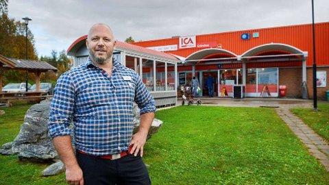 Daniel Lindgren, Ica Gränsbua, ser fram til at nordmenn igjen kan dra over grensa til Gäddede for å handle.   FOTO: BJØRN TORE NESS/NAMDALSAVISA