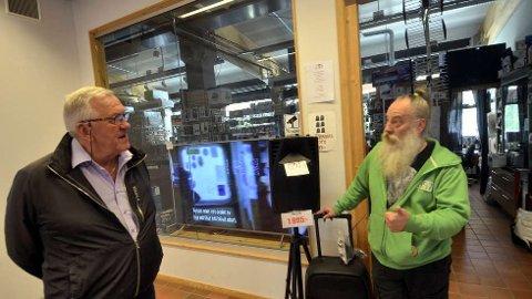 OVERLEVDE:Magnus Johansson i Åre Ljud & Bild (t.h) sier at han ikke hadde klart seg uten statlige bidrag i korona-perioden. Her i samtale med Kjell Green fra Verdal.  FOTO: ANDERS NORDMELAND