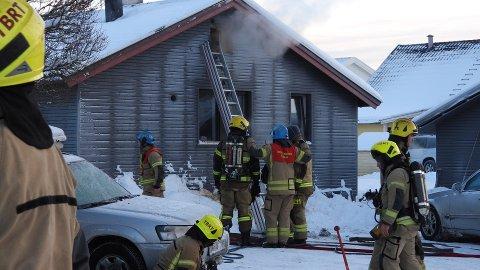 RYKKER: Det kommer mye røyk ut fra loftet i eneboligen.