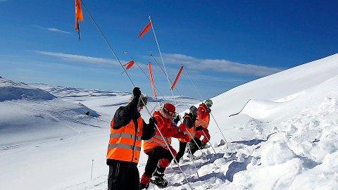 SNØSKREDFARE: Røde Kors håper at fjellentusiaster holder seg oppdaterte på lokale forhold og snøskredfare i ferien. Her fra da Nord-Trøndelag Røde Kors, avdeling Hjelpekorps, gjennomførte vinter-redningskurs i Høylandet.