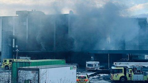 NY BRANN: Bare to måneder etter forrige brann, veltet det røyk ut av bygget på Lilleby