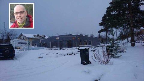Sigmund Erik Sørgjerd fortviler over byggeprosjektet på nabotomta.