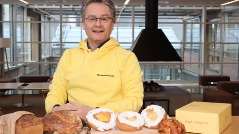 Nordmenn var ivrige etter morgenlevering i 2020. Her er daglig leder, Håkon Liland, med et par av varene de leverer til nordmenn rett på døra. Foto: Helthjem