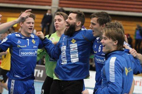 JUBEL: Anders Tverdal (venstre), Kristian Sæverås, Emil Jungman, Kristian Rammel og Fredrik Løvberg jubler etter seieren mot Lillestrøm. (FOTO: Arild Jacobsen)