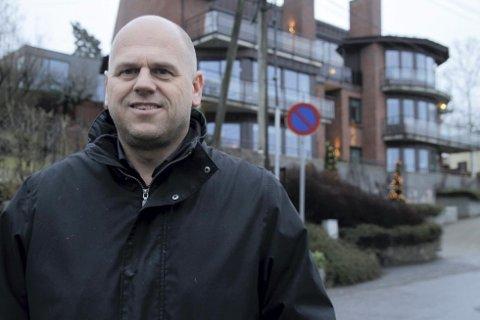 NORDSTRANDMEGLER: Carl Fredrik Sønsteby kjenner de fleste veistubber og hus i Bydel Nordstrand etter å ha solgt boliger i distriktet i 20 år. Sønsteby tror boligprisene vil fortsette å stige i 2015. (Foto: Kristin Trosvik)