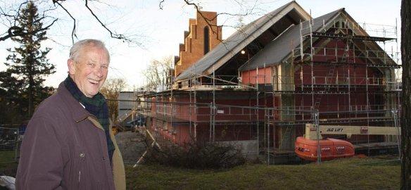 GLEDE: Frank Hagen, leder av byggekomiteen for utvidelsen av Nordstrand kirke, ga lokalavisen sitt bredeste smil da han viste frem nybygget mandag formiddag. Foto: Aina Moberg