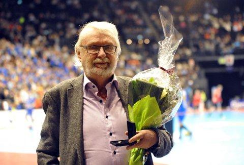 HEDRET: Bjørn Tore Lie fikk forbundets høyeste utmerkelse, gullknappen, etter lang innsats i norsk håndball. Foto: Solfrid Therese Nordbakk