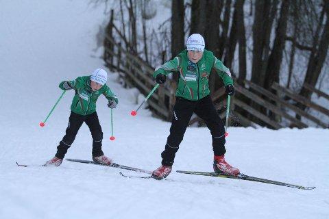 GLEDER SEG: Brødrene Ask (foran) og Sondre Olaussen fra Rustad IL gleder seg til at skianlegget på Skullerud blir enda bedre.