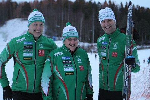 FORNØYDE: Anders Dahlen (anleggskomiteen), Barbro Dahlen Tomter (leder i Rustad IL) og Jørn Raastad (anleggskomiteen) gleder seg til at utbedringen av anlegget starter til sommeren.