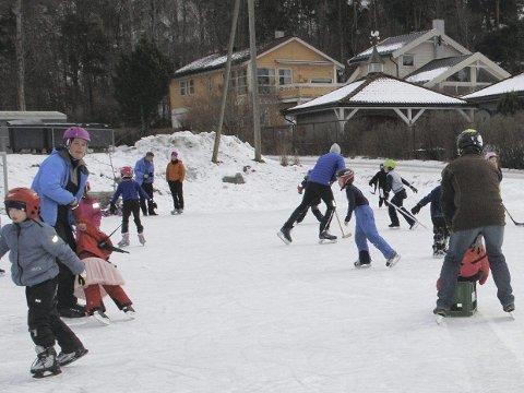 SAMLINGSPUNKT: Skøytebanen på Nedre Bekkelaget opprettholdes takket være  ildsjeler i nabolaget.