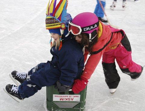 MORO: Carla og Emil leker seg på isen på Nedre Bekkelaget.