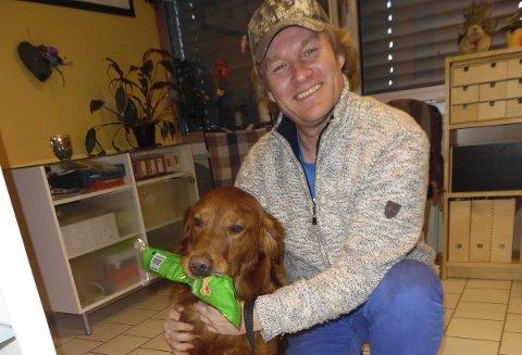 HELTEN: Bastian med et velfortjent tyggebein etter å ha levert lommebok til rettmessige eier, Stig Martinsen. Foto: Marianne Holtet