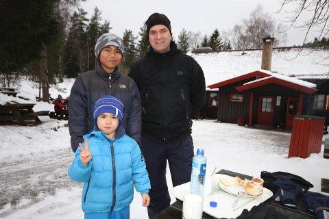 HØYDEPUNKT: Wattana Meethong (12), Marius (4) og Kjell Vambeseth fra Bøler koser seg med kanelbolle og kakao.