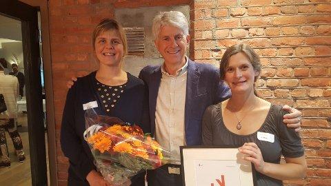 PRISVINNER: Anja Bruland (t.v.) og Ida Tindeskog sammen med juryleder Per Annar Lilleng.  Foto: Innovasjon Norge