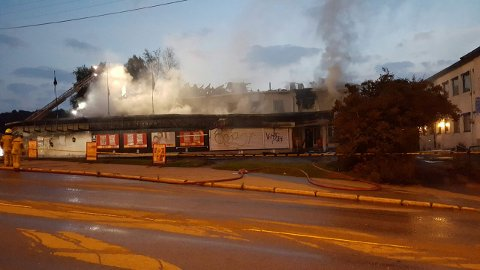 FORTSATT RØYK: Kvart på åtte om kvelden kommer det fortsatt mye røyk fra bygningen i Enebakkveien.