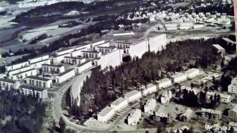 Foto av et postkort fra 1960. Bildet viser rekkehusene i Bølerskogen satt opp av politiets selvbyggerlag, ferdig 1956. Postkortet ble sendt av min far til sine svigerforeldre for å fortelle at jeg var født 20.4.60. Datidens sms, forteller Siri Holmen.
