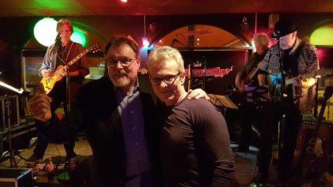 MUSIKKFRELSTE: Jon Terje Sandnes (til venstre) og Per Asbjørn Andersen er nestleder og leder i Sørsia Rock- og Bluesklubb. Her fra konserten 3. februar. Foto: Privat
