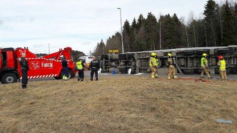 KLAR TIL INNSATS: Falck Redning er klar til å få traileren på hjul når avfallet som var i traileren er ryddet opp. Foto: Arne Vidar Jenssen