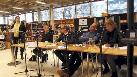 Panelet: Ordstyrer Birgitte Iversen (f.v.) og panelet med boligforsker Jon Guttu, Åge Pettersen i Obos, Frode Jacobsen (Ap) og Camilla Wilhelmsen (Frp).
