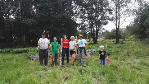Deler av dugnadsgjengen på Ulsrud. Både lokale og langveisfarende deltok.